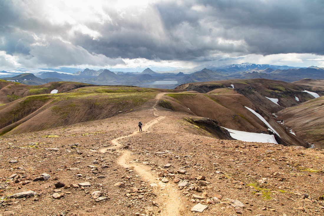 Corrie hikes the trail to Álftavatn from the pass